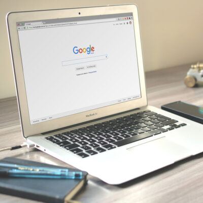PC mit offener Google-Suche