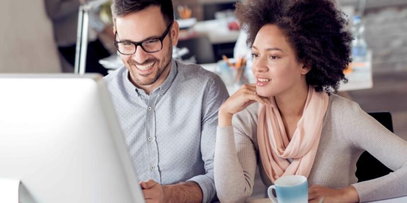 Mann und Frau optimieren Unternehmenswebsite