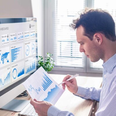 Mitarbeiter analysiert Daten aus Google Analytics
