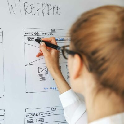 UX-Designer zeichnet Wireframe